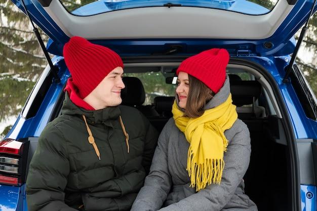 Amore, san valentino e concetto di vacanza. baci e abbracci. celebrazione e felicità di san valentino