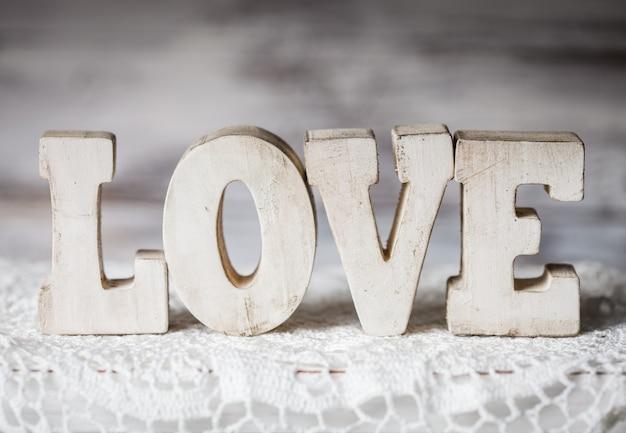 Lettere d'amore in legno sul centrino all'uncinetto, in stile vintage