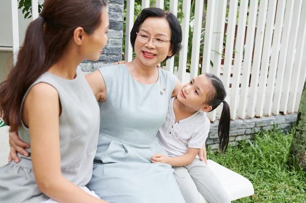 Bella famiglia asiatica seduta all'aperto