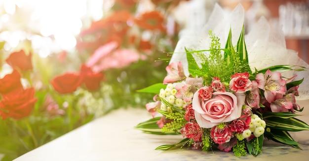 Bellissimo bouquet con decorazioni in un negozio di fiori