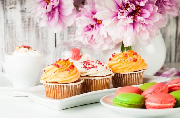 Deliziose torte e amaretti con caffè e fiori