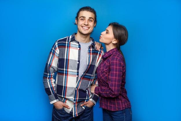 Concetto adorabile, bella donna pronta a dare un bacio al suo ragazzo, coppia in blu