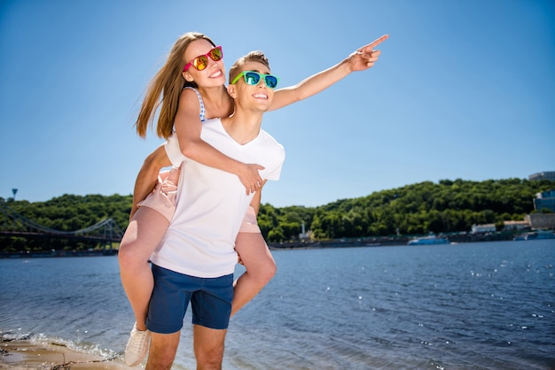 Bella coppia in spiaggia insieme