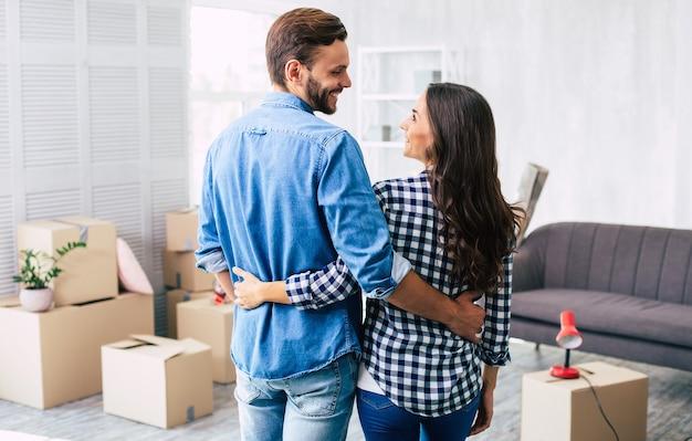 Una coppia adorabile si sente molto entusiasta del recente acquisto di una nuova casa che li fa sentire sull'orlo della felicità