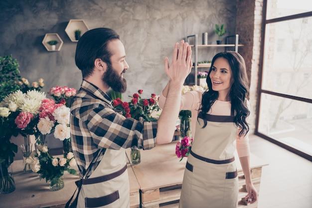 Bella coppia nel negozio di fiori