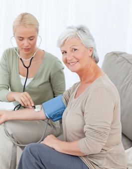 Bel dottore prendendo la pressione del sangue del suo paziente