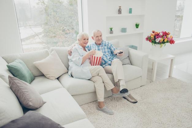Bella coppia di anziani a casa