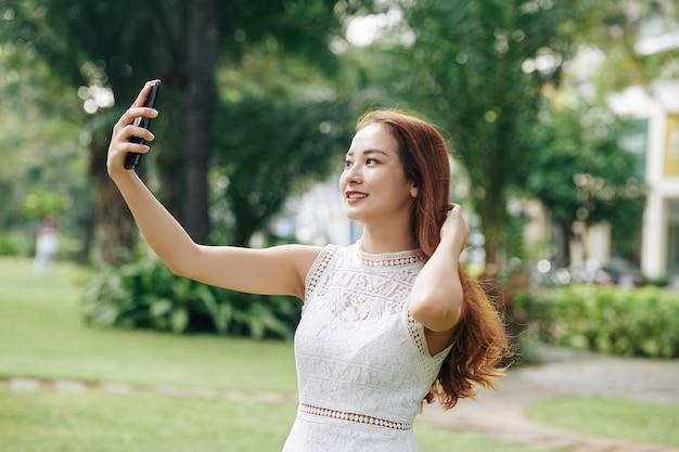 Bella ragazza che cattura selfie