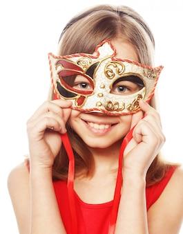 Ragazza adorabile che indossa una maschera rossa.