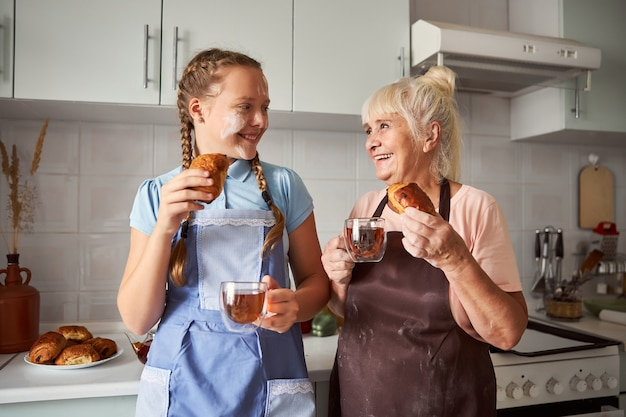 Adorabile nonna che assaggia i pasticcini fatti insieme a sua nipote