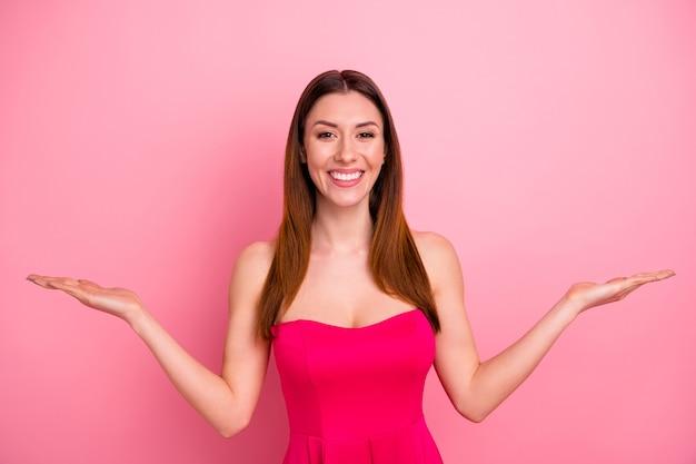Bella signora in posa contro il muro rosa