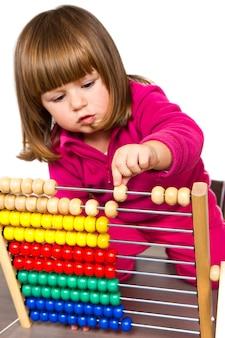 Adorabile bambina che impara con l'abaco