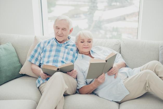 Bella coppia di anziani in posa insieme sul divano
