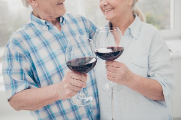 Bella coppia di anziani in posa insieme al chiuso