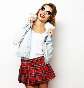 Bella studentessa che indossa una gonna corta. su sfondo bianco.