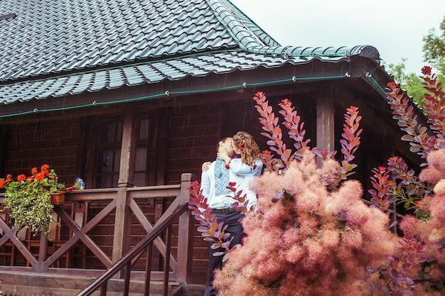 Bella coppia di sposi vestita in abiti ucraini