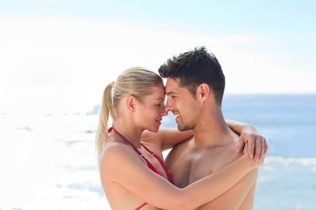 Bella donna tra le braccia del suo ragazzo