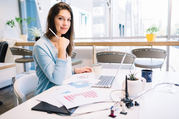 Bella donna che lavora in ufficio
