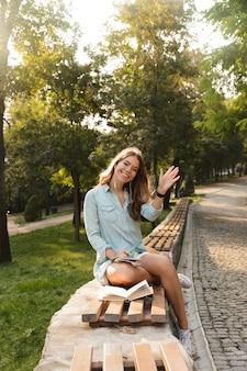 Bella giovane ragazza adolescente con zaino seduti all'aperto