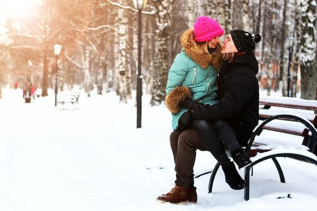 Amante eterosessuali ad un appuntamento in inverno