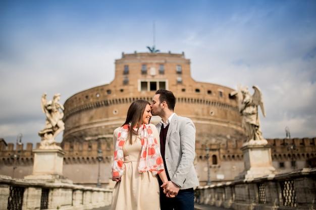 Coppia di innamorati di castel sant'angelo a roma, italia