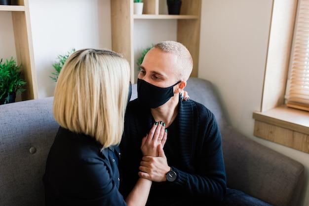 Coppia di innamorati nella caffetteria con maschera facciale durante la quarantena covid