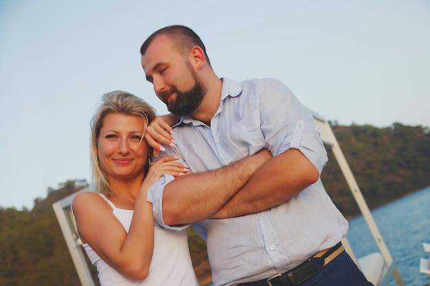 Coppia di innamorati che si godono la luna di miele in un hotel sulla spiaggia del territorio con vista di lusso Foto Premium