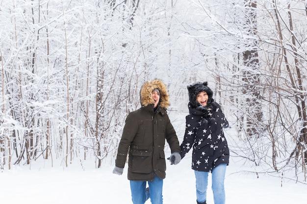 Coppia di innamorati che si divertono all'aperto nello snow park