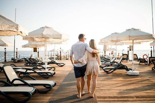 Una coppia di innamorati sta riposando al mare in turchia. uomo e donna sul molo. giro del mare. luna di miele. coppia in viaggio di nozze. una bella coppia viaggia per il mondo. coppia felice in vacanza.