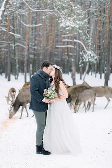 Coppia di innamorati il giorno di diserbo con mandria di cervi