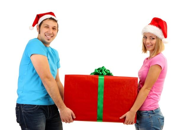 Coppia di innamorati con regalo isolato su bianco