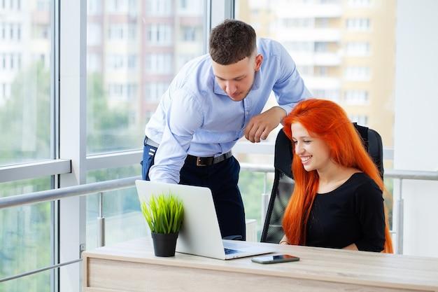 Coppia di innamorati che lavorano insieme con successo per la propria attività in ufficio.