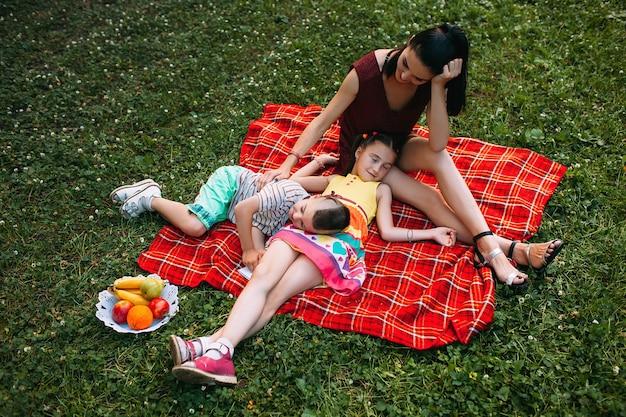Famiglia amorevole al picnic. mamma e bambini felici leasure