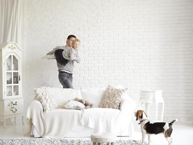Padre amorevole che gioca con la figlia in soggiorno.