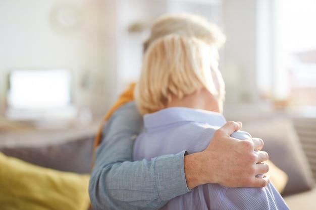 Abbraccio amoroso delle coppie senior