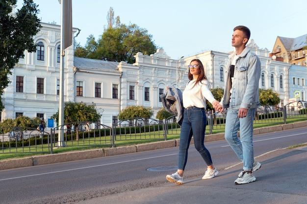 Amare la giovane coppia in giro per la città tenendosi per mano. appuntamento al buio.