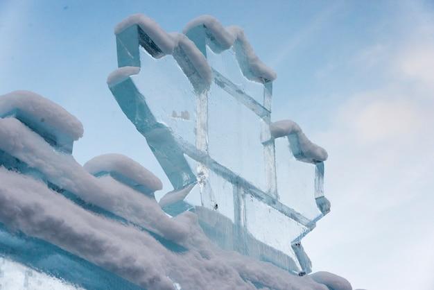Vista di angolo basso della scultura di ghiaccio, lake louise, parco nazionale di banff, alberta, canada