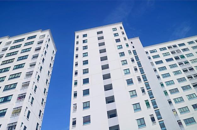 Inquadratura dal basso di edifici moderni contro vivid blue sunny sky