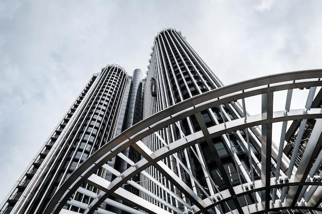 Inquadratura dal basso di un moderno grattacielo (torre europa) nel quartiere degli affari azca a madrid, spagna.