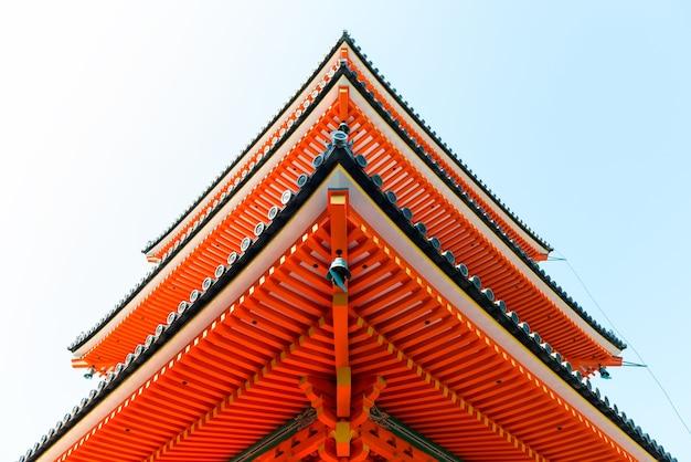 Basso angolo di visione di una delle pagode rosse al tempio kiyomizudera a kyoto in giappone