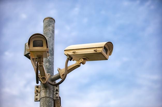 Inquadratura dal basso della telecamera di sicurezza contro il paesaggio urbano