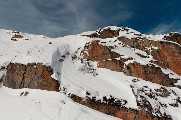 Vista di angolo basso di una montagna innevata, whistler, columbia britannica, canada