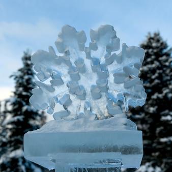 Vista di angolo basso della scultura di ghiaccio del fiocco di neve, lake louise, parco nazionale di banff, alberta, canada