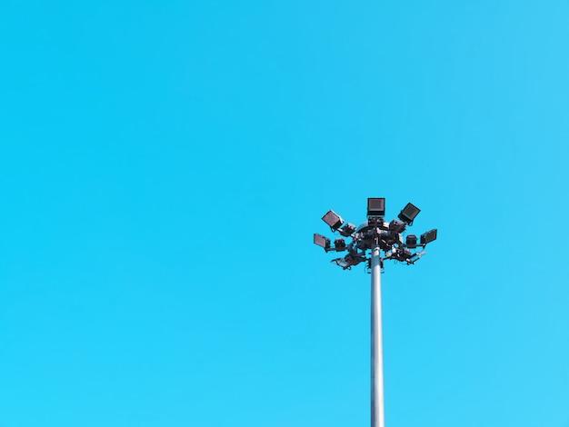 Vista di angolo basso della posta di illuminazione della via contro cielo blu