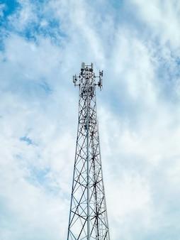 Basso angolo vista della torre delle telecomunicazioni contro il cielo nuvoloso