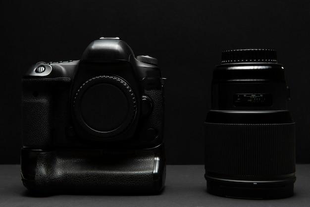 Fotocamera reflex low key con illuminazione dall'alto