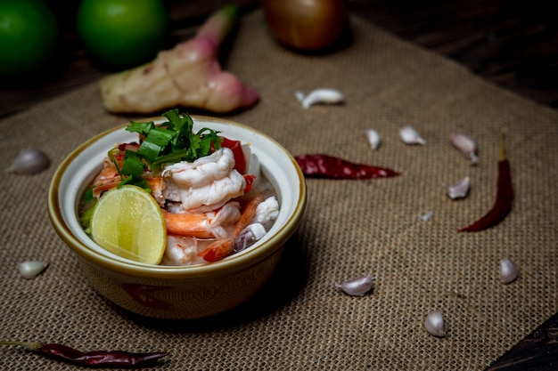 Il curry tailandese piccante dell'alimento di fotografia della scarsa visibilità ha chiamato tom yum kung