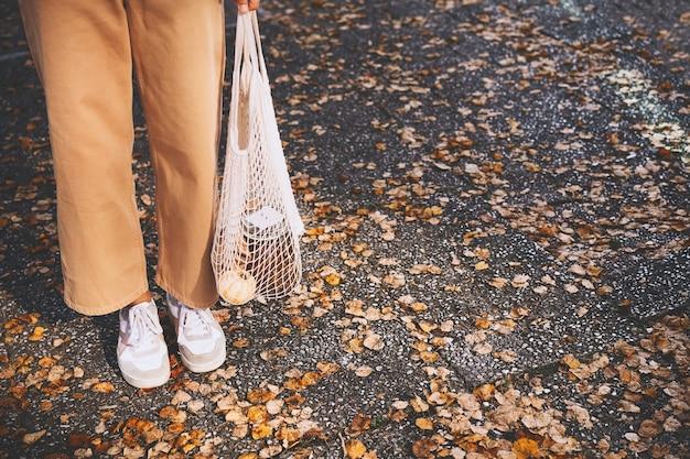 Concetto di stile di vita senza plastica a basso spreco shopper in rete ecologica all'aperto con spazio per le copie