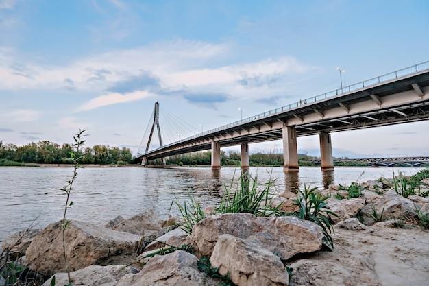Basso livello dell'acqua nel fiume vistola a varsavia