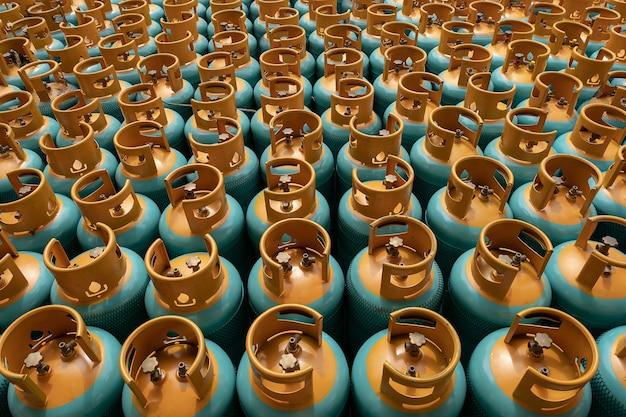 Pila della bombola del gas di gpl pronta per la vendita, riempente la bottiglia di gas di gpl.